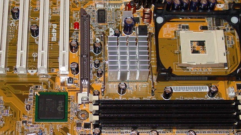 Asus P4PE mit Intel i845PE-Chipsatz im Test: DDR333/355, SATA, Gigabit LAN, Firewire, Sound und Hyper-Threading