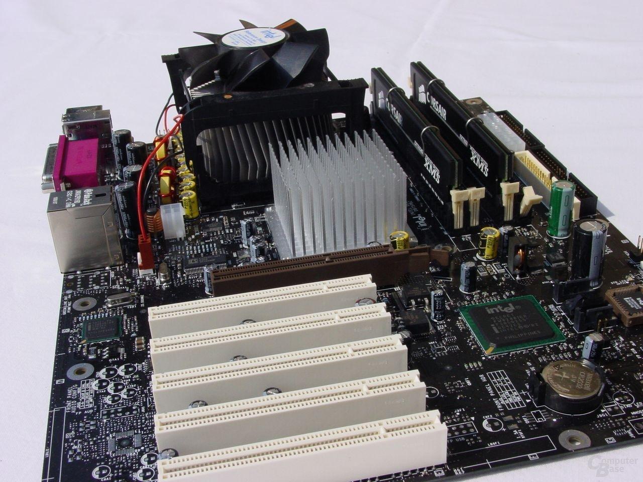 Intel D875PBZ mit Prozessor und RAM