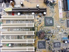 Zwischen PCI 2 und 3 das Zeichen für den nForce 2 400 Ultra, Rev. 2.0