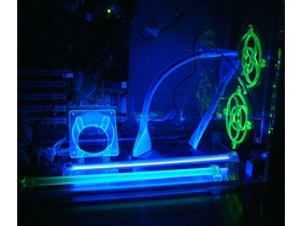 Lüfterdapter und IDE-Rundkabel mit UV-Licht