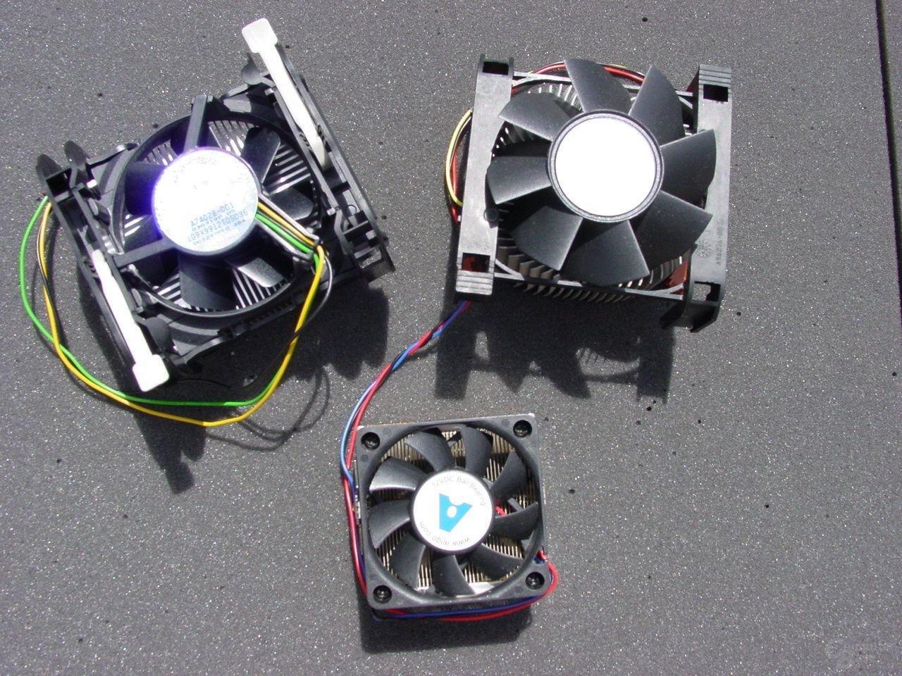 Intel Pentium 4 3,2 GHz Boxed Kühler Modell B (o.l.) - Intel Pentium 4 über 3,00 GHz Referenz Kühler (o.r.) - Athlon XP 3200+ Referenzkühler (u.m.)