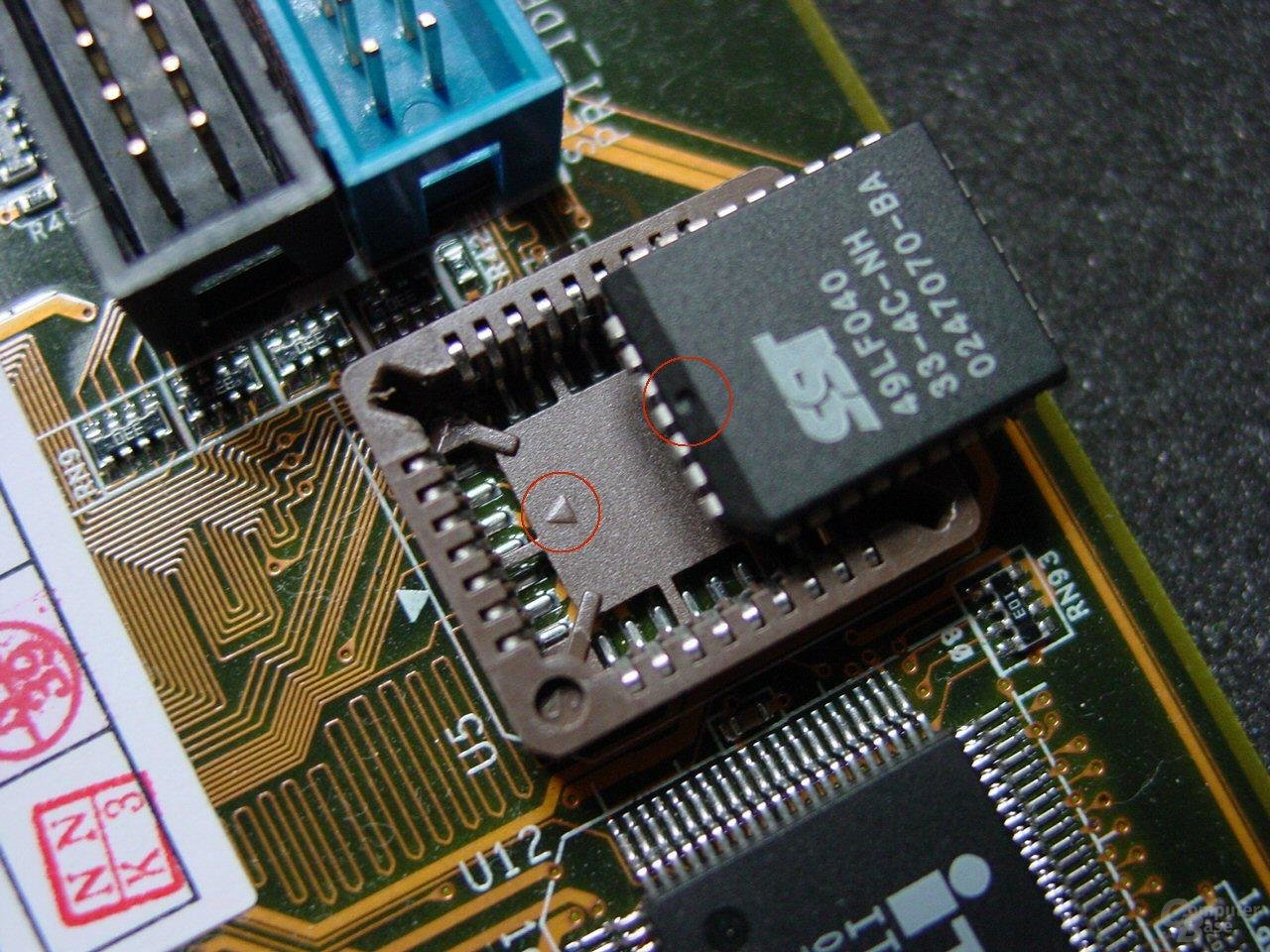 Auf die Markierungen beim Einsetzen des Chips achten