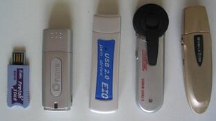 v.l. n.r.: Z-Cyber Proton Stick, Plextor Plexflash PX-F512, InnoVISION EIO USB 2.0 Pen Drive, Z-Cyber Cool Disk 2.0 V2, TwinMOS USB 2.0 Mobile Disk