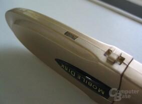 vorne: Halterung für Kordel hinten: Schreibschutz