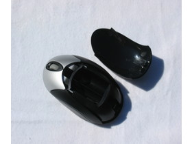 Maus mit geöffnetem Batteriefach