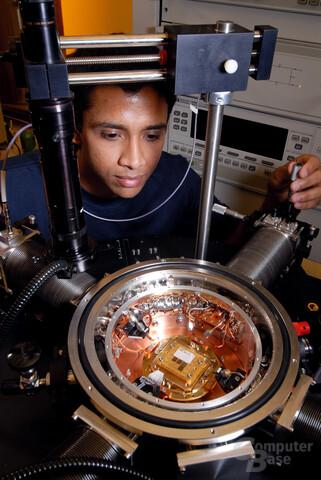 500 GHz schneller Silizium-Germanium-Chip bei 4,5 Kelvin in einem Versuchsaufbau des Georgia Elektronik Design Center in Atlanta