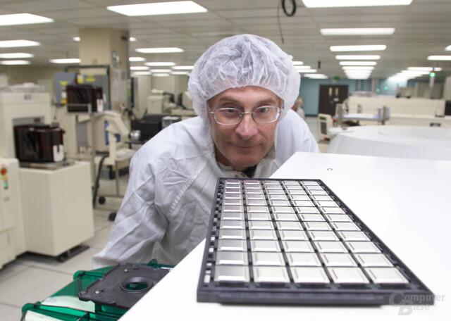 IBM Test Engineer Jim Myers inspiziert eine Charge von Broadway-Prozessoren für Nintendos Wii im IBM Burlington Testcenter (Vermont, USA)