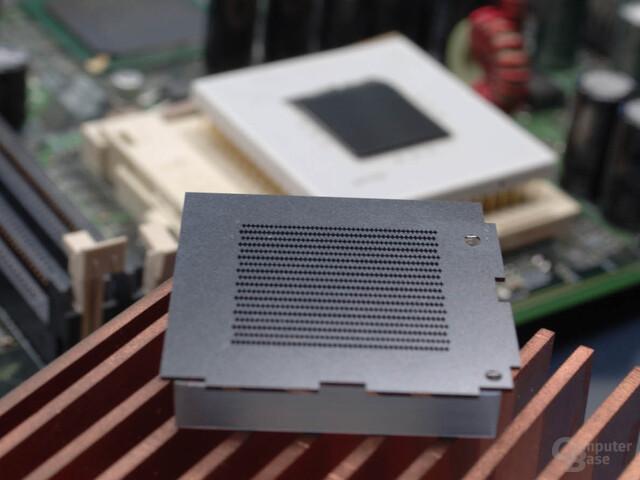 Direct Jet Impingement (JAC) - Dieser Wasserkühlblock wird umgedreht und direkt auf den Chip montiert