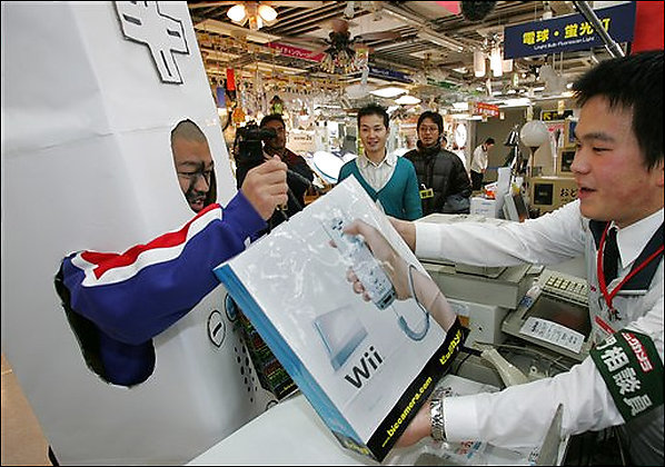 Glücklicher Käufer mit Wii-Konsole