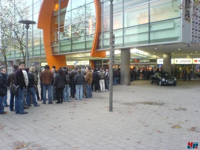 Warteschlange vor einem Kaufhauf | Quelle: 4players.de