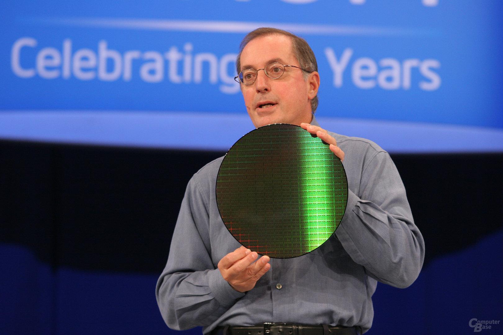 Paul Otellini präsentiert einen Nehalem Quad-Core Wafer (IDF Fall 2007)