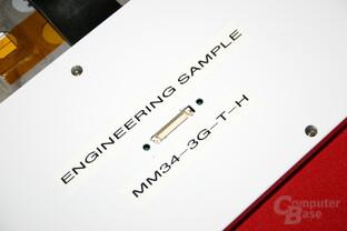 Das Display der Lederhaut wird über diese properitäte Schnittstelle mit dem Notebook verbunden.