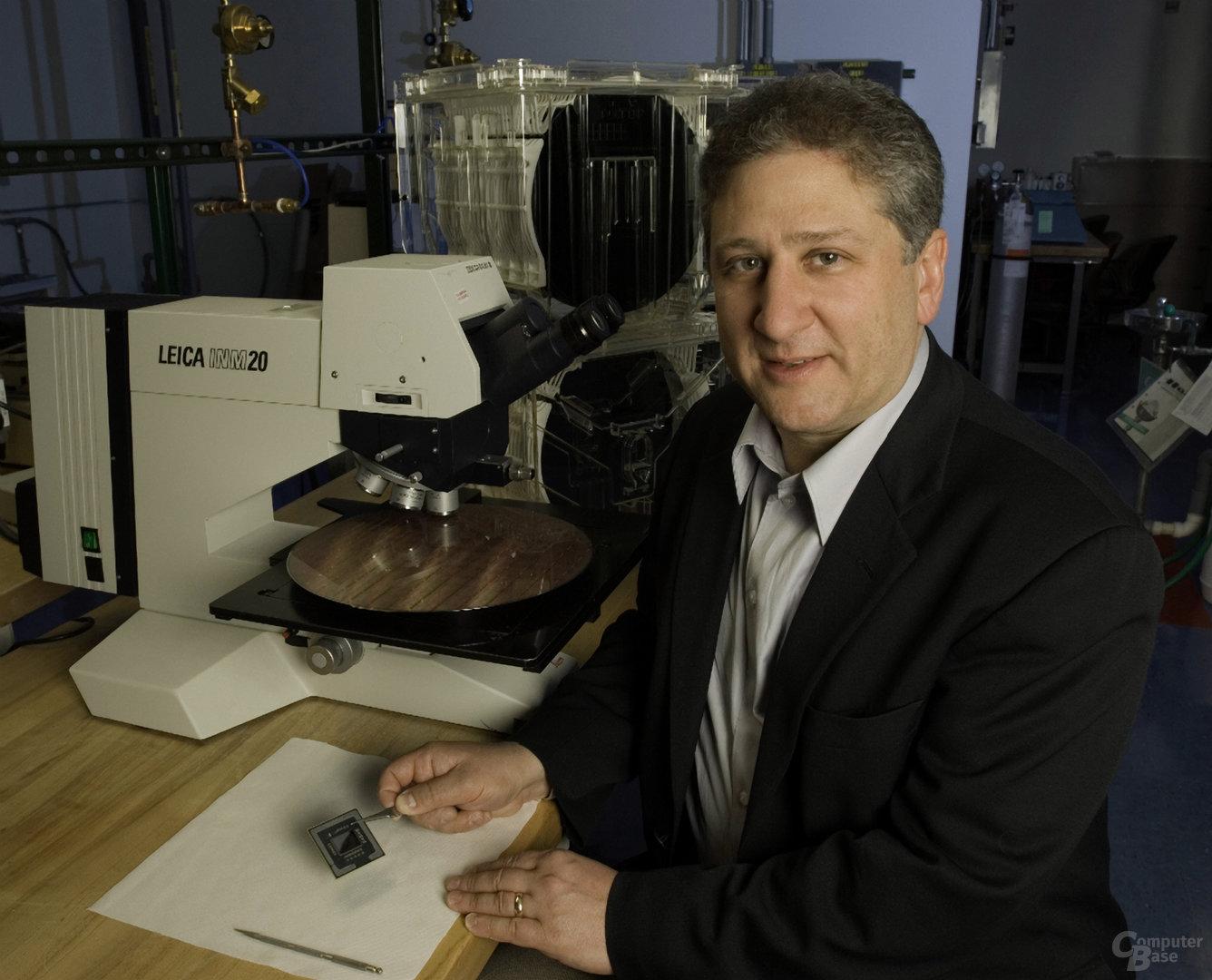 IBM Fellow Dan Edelstein präsentiert Power 6-Versuchschip mit Airgaps