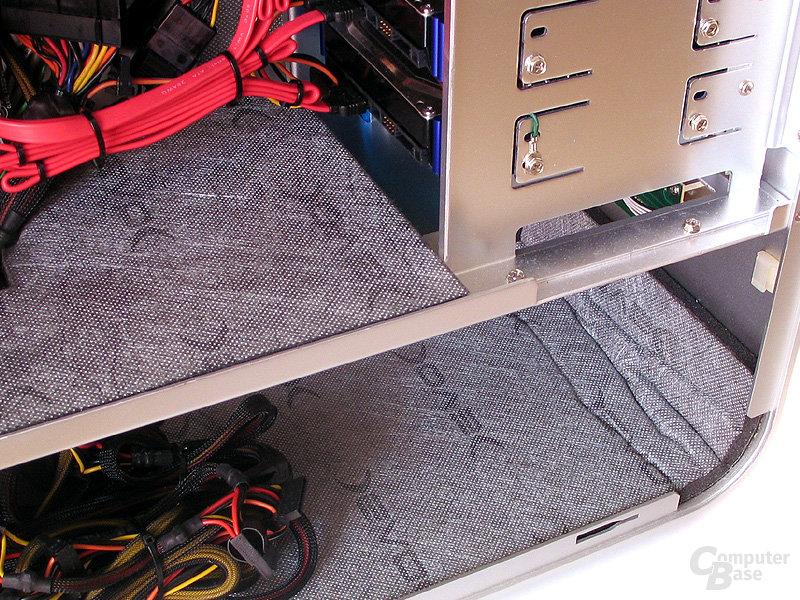 Größtenteils komplette Innenverkleidung mit dem Dämmmaterial