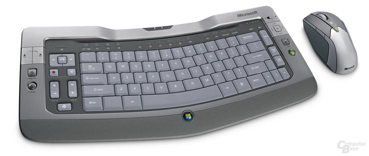 Microsoft Wireless Entertainment Desktop 8000 – ab September 2007 verfügbare Multimedia-Tastatur mit Maus. Preisempfehlung 299,99 Euro. Zum Teil gebürstetes Aluminium, Ladestation für Tastatur, inkl. USB-2.0-Hub. Alle Tasten beleuchtet.