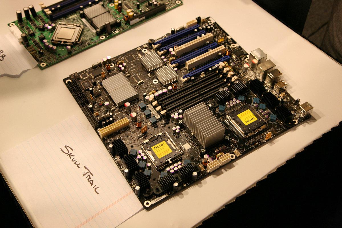 Skulltrail-Mainboard für zwei Sockel 771 Prozessoren und FB-DIMM-Speicher.Man beachte die gekühlten Chips neben den PCI Express-Steckplätzen.