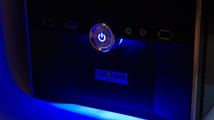 Gigabyte iSolo 210 im Test: Gehäuse mit blauer Unterbodenbeleuchtung