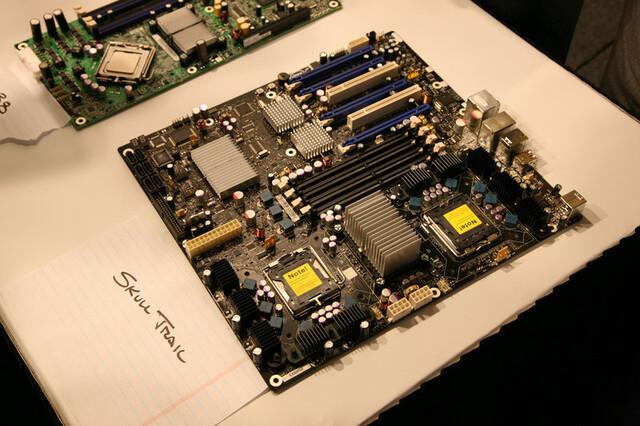 Skulltrail-Mainboard für zwei Sockel-771-Prozessoren und FB-DIMM-Speicher. Unter den gekühlten Chips neben den PCI-Express-Steckplätzenverstecken sich zwei nForce 100.
