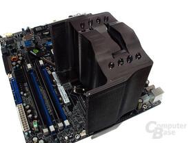 Zur Arretierung des Kühlers auf Intels Sockel 775 muss der Lüfter demontiert werden