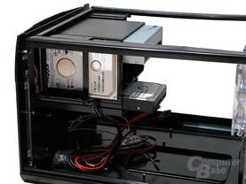 Festplatten werden senkrecht installiert, waagerecht steht ein externer Einschub zur Verfügung