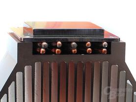 Zweilagig – Wärmeaufnahme mit zehn Heatpipes