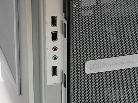 Versteckt: Die Frontanschlüsse befinden sich hinter einer Vertikalklappe