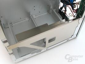 Metallverstrebung zur Floppymontage (demontierbar) sowie zur Erhöhung der Gehäusesteifigkeit und Blick auf die Festplattenpositionen am Boden