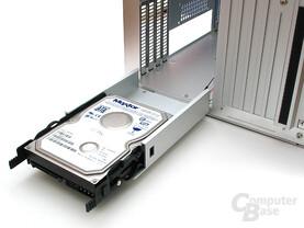 Massive Einbaurahmen für die HDDs sind gleichzeitig Gehäuseboden