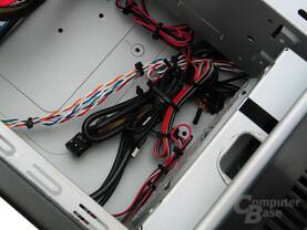 Viele Kabelbinder säumen den Besser-Leise-PC