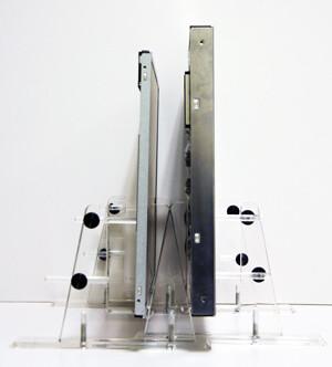 Rechts ein übliches 24-Zoll-Panel, links das dünnere Design von AUO