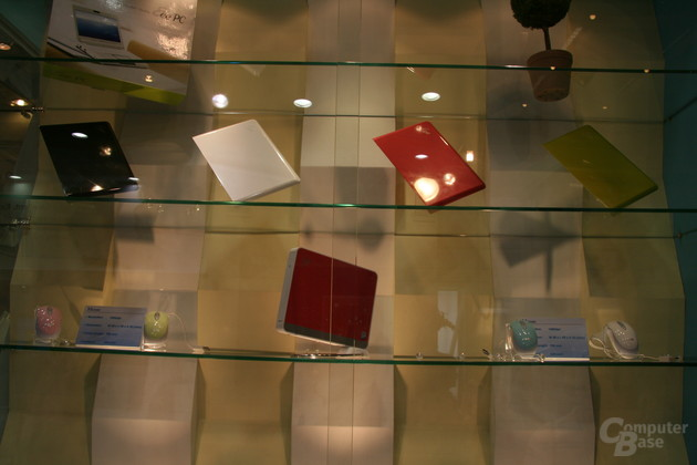 Asus Eee Box umgeben von Eee PC Notebook