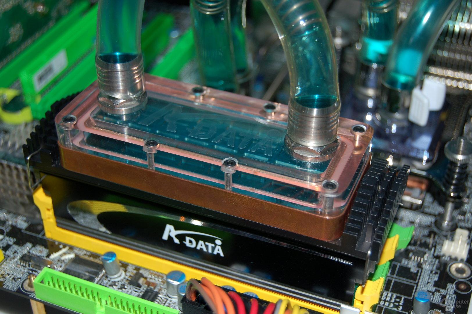Speicherkühler mit Anschlüssen für eine Wasserkühlung