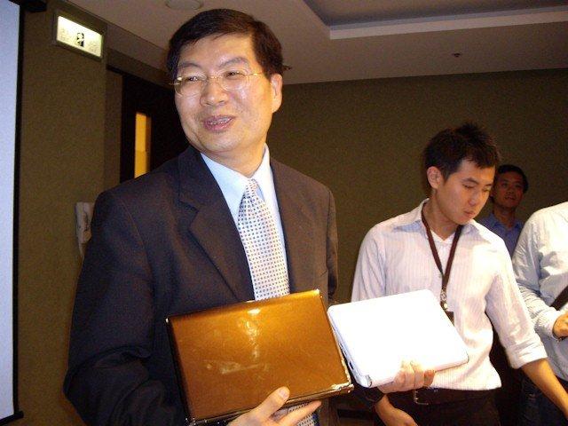 Jerry Shen mit S101-Prototyp und Eee PC 901