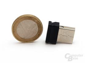 Winzig: Der USB Empfänger kann auch bei Transport im Notebook bleiben