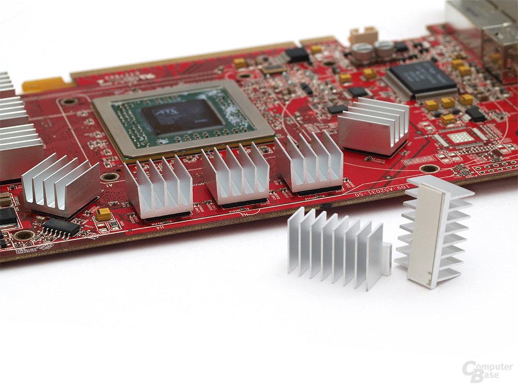 Aufgeklebt: Bestückung der gereinigten RAM-Bausteine