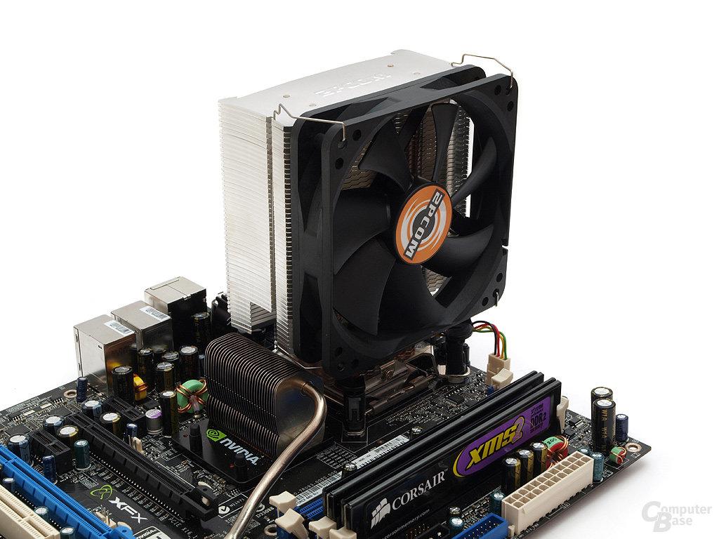 Komplett installiert – knappe Distanz zwischen Chipsatz- und CPU-Kühler