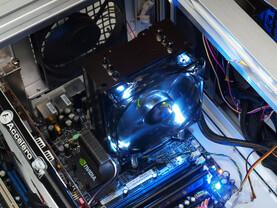 Weiße LED-Beleuchtung als Kontrast zum schwarzen Nickelkleid