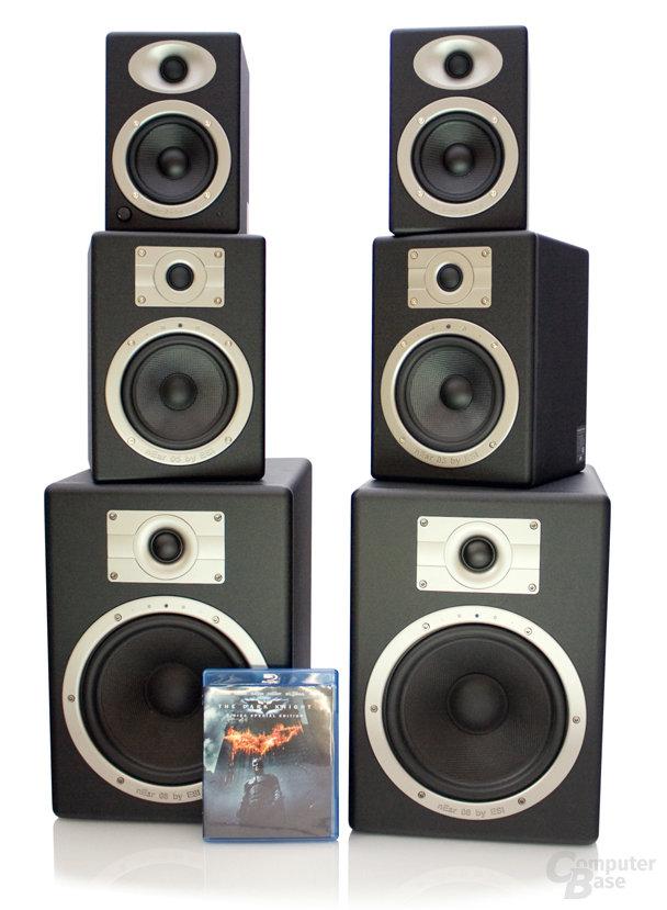 Boxentürme im Vergleich mit einer Blu-ray-Disk
