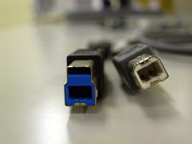 Links: Neuer USB 3.0-Stecker (männlich) im Vergleich zum alten USB-2.0-Modell