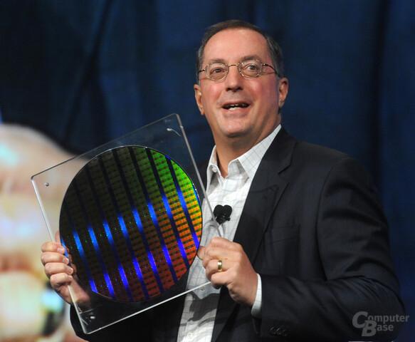 Paul Otellini zeigt auf dem IDF einen 22 nm Wafer mit SRAM-Chips