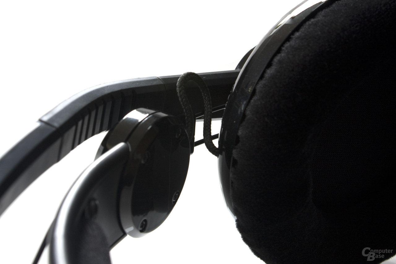 freiliegende Kabel zwischen Ohrmuschel und Bügel