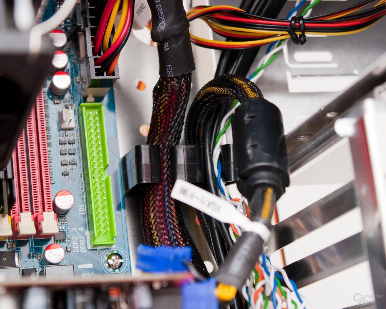 Lian Li PC-B25F – Kabelmanagement