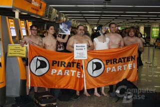 Fleshmob der Piratenpartei als Protest gegen Nacktscanner