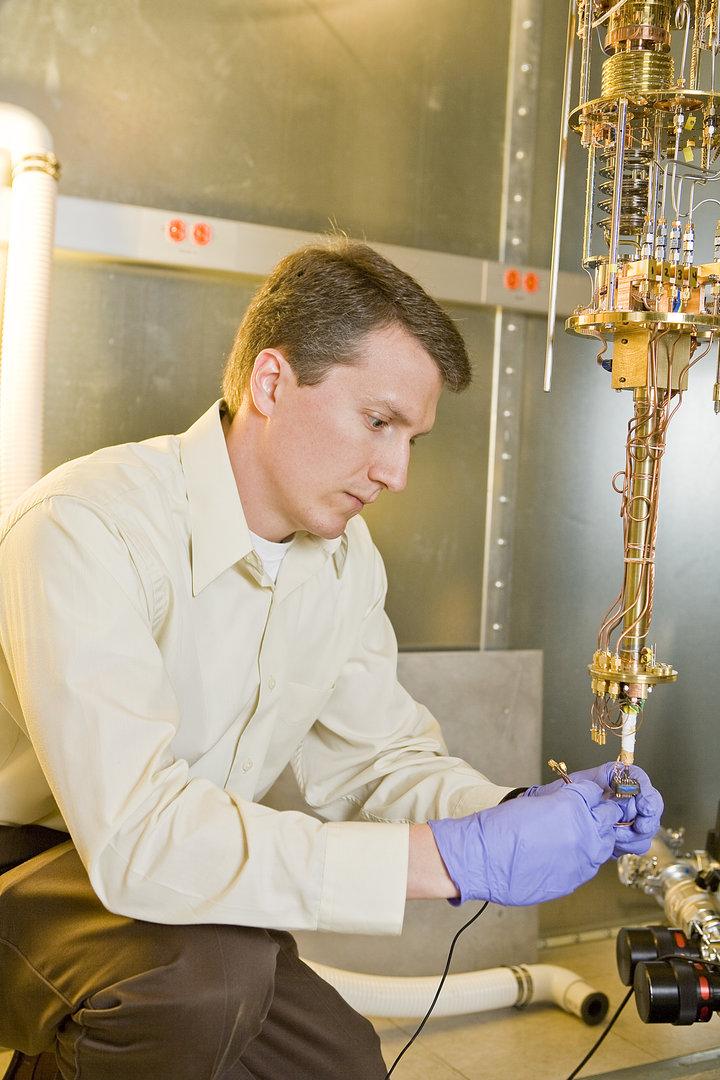 Princeton-Forscher John Petta mit der Versuchsapparatur