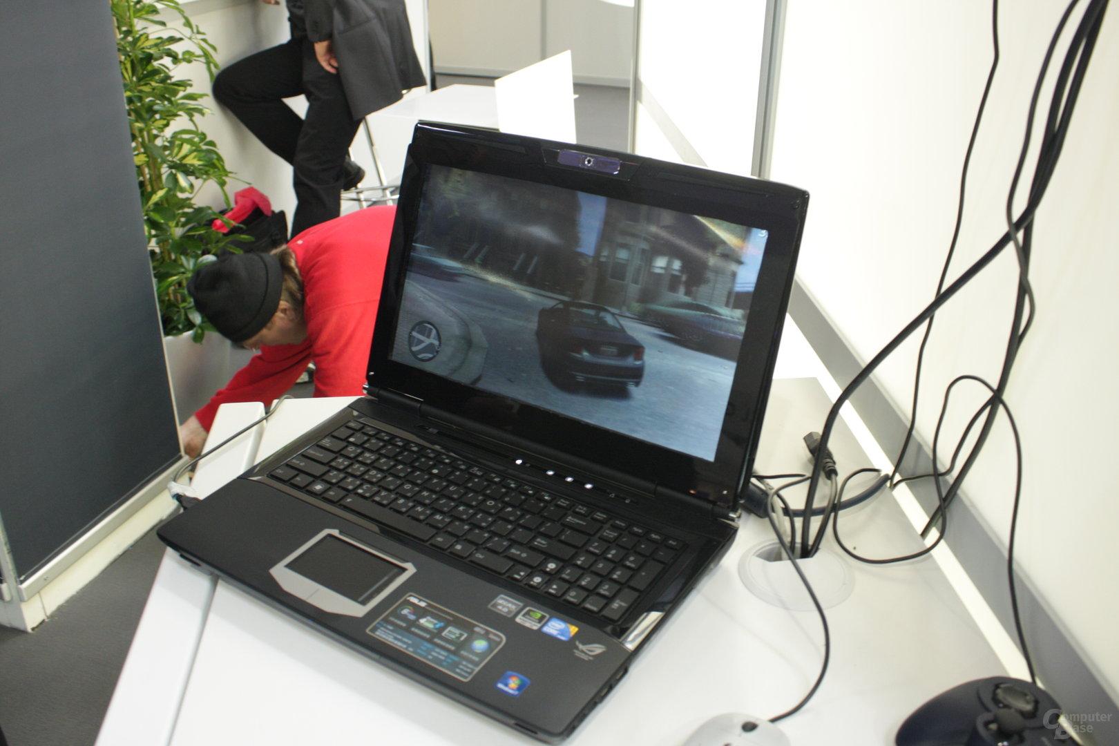 Laptop mit Linsensaufsatz für stereoskopisches Sehen