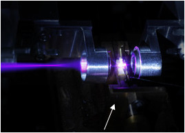 Strahl des blau-violetten Lasers