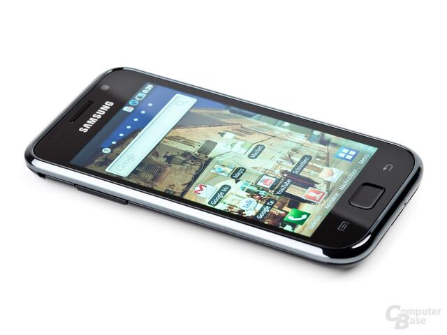 Samsung Galaxy S von schräg links, Display aktiviert