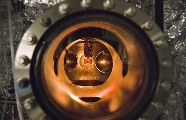PETE-Vorrichtung in einer Ultrahoch-Vakuumkammer | Bild von Nick Melosh