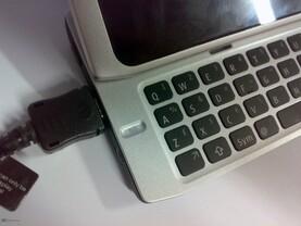 Nokia N9 Prototyp: Tastatur und USB-Anschluss