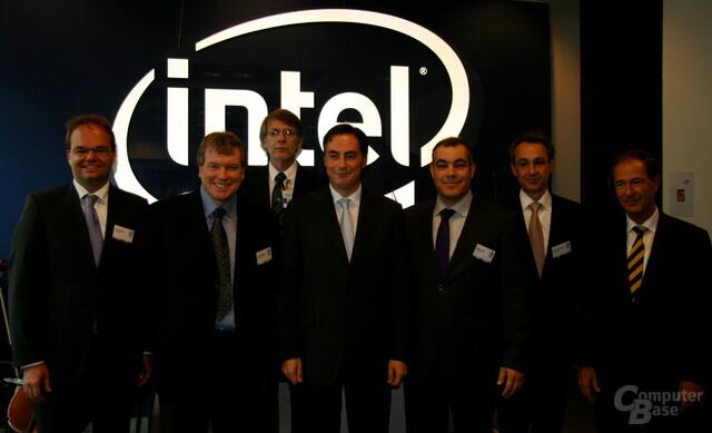 Intel-Prominenz umringt David McAllister (Mitte)